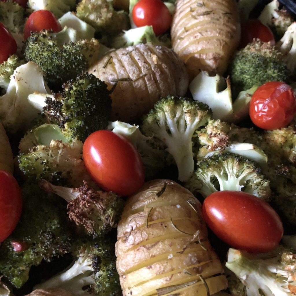 Broccoli met aardappelen en tomaten uit de oven