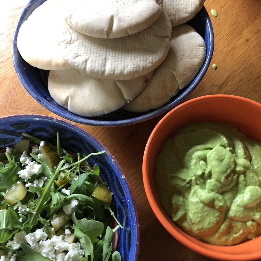 Doperwtenspread met pittabroodjes en salade