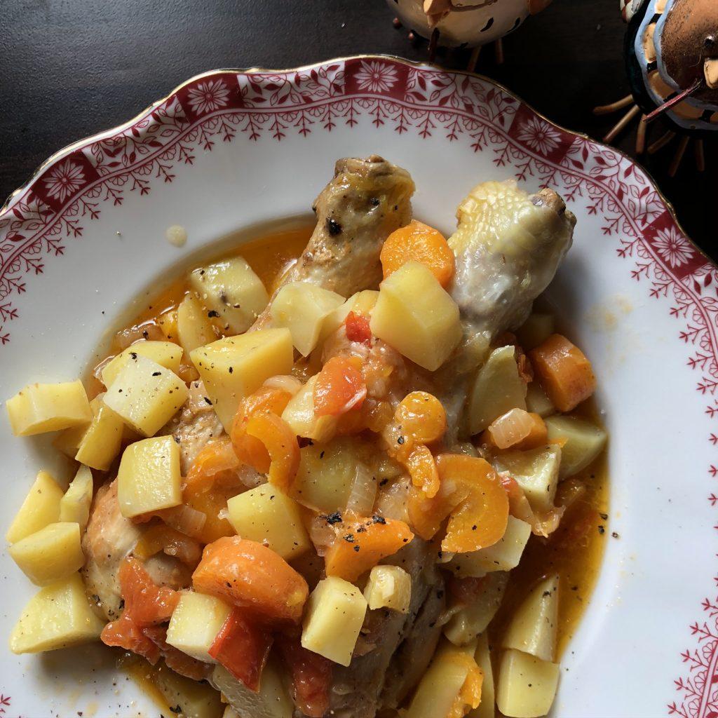 Kippenpoten met aardappelen en groente uit de slowcooker